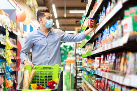 Arabic Guy Buying Food Doing Grocery Shopping In Modern Supermarket Banque d'images