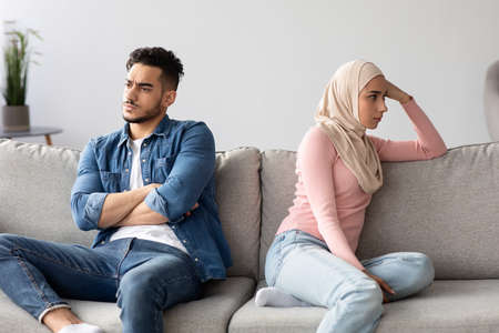 Angry muslim husband and wife having quarrel at home Banque d'images