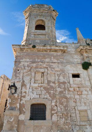 grate: Religione: Questo � il San Salvatore, una chiesa barocca abbandonata sul lungomare di Monopoli. Apulia.