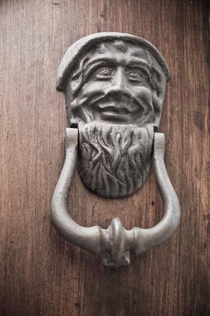 Doorknocker on allwood door. Imagens - 7603546