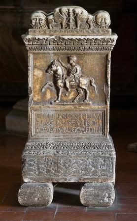 sacramentale: Marmo bacino di acqua Santa. Editoriali