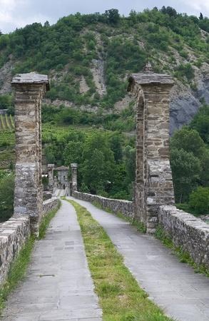jorobado: Puente Jorobado. Bobbio. Emilia-Roma�a. Italia. Foto de archivo
