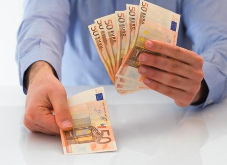 Man gestire il denaro.
