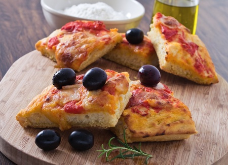 Focaccia with tomato and black olives. Standard-Bild