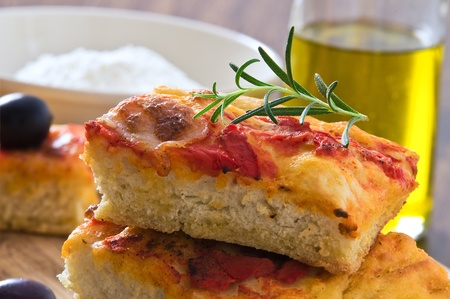 Focaccia with tomato and black olives. Imagens