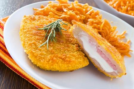 Cordon bleu di pollo con carote grattugiate. Archivio Fotografico