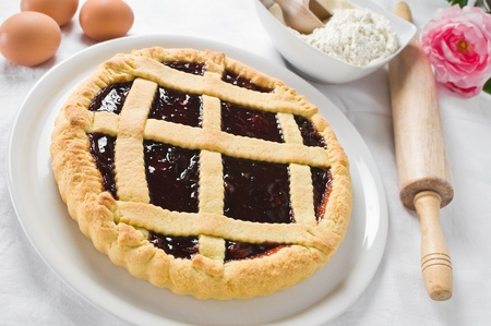 Breakfast con crostata di marmellata in piatto bianco photo