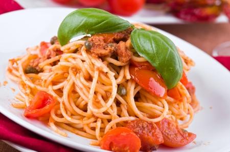 Espaguetis con atún, tomates cherry y alcaparras.