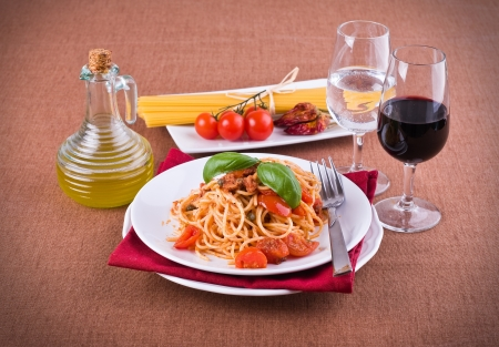Spaghetti with tuna, cherry tomatoes and capers. Imagens - 13831496