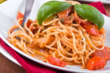 Spaghetti with tuna, cherry tomatoes and capers. Imagens - 13831485