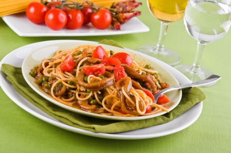 pastasciutta: Spaghetti with squids, peas and cherry tomatoes