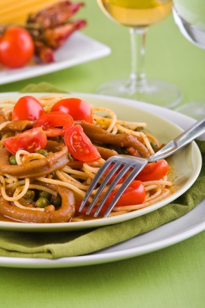 pastasciutta: Spaghetti with squids, peas and cherry tomatoes.