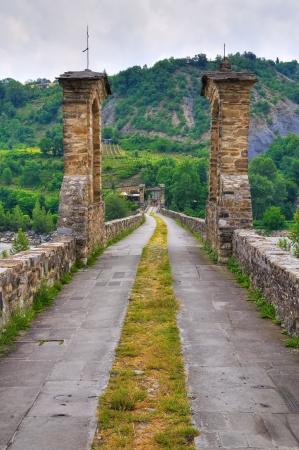 jorobado: Jorobado puente. Bobbio. Emilia-Roma�a. Italia. Foto de archivo
