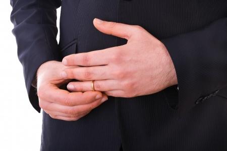 anillo de boda: Hombre de negocios que saca su anillo de bodas