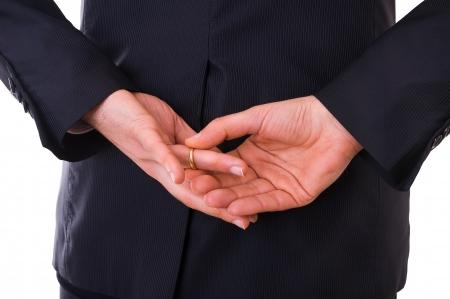 L'uomo d'affari togliersi la fede nuziale