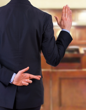 onestà: L'uomo d'affari con le dita incrociate.