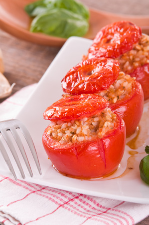 alimentation: Stuffed tomatoes on a white plate.