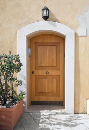 cerrar la puerta: Puerta de entrada.