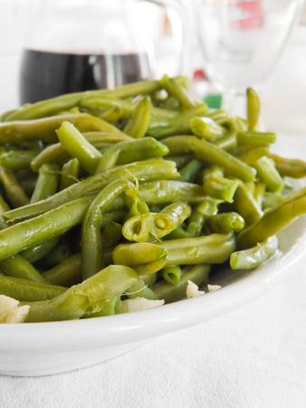 ejotes: Ensalada de jud�as verdes con un tenedor en la cena.