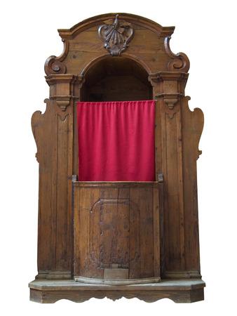 arrepentimiento: confesionario de madera aislado en blanco.