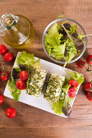 queso de cabra: Queso de cabra con ensalada y tomates cherry.