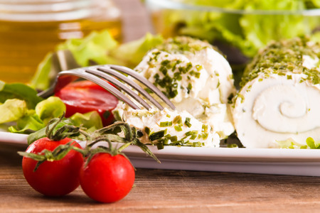 queso cabra: Goat cheese with salad and cherry tomatoes.