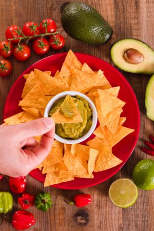 tortilla de maiz: Guacamole y chips para nachos.