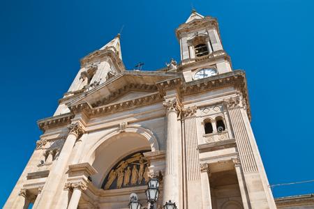 reloj de sol: Basilica Church of SS. Cosma e Damiano. Alberobello. Puglia. Italy.