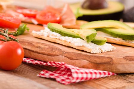 Cracker con prosciutto e avocado. Archivio Fotografico - 81551744