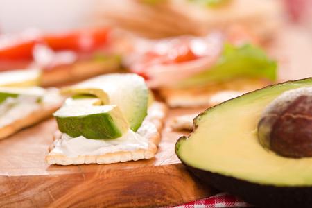 Cracker con prosciutto e avocado. Archivio Fotografico - 81551742