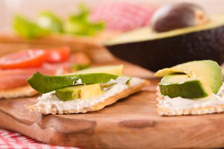 Cracker con prosciutto e avocado. Archivio Fotografico - 83848557