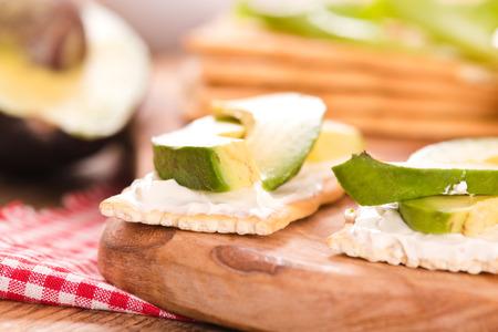 Cracker con prosciutto e avocado. Archivio Fotografico - 83759645