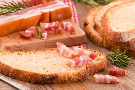 pancetta cubetti: Pane e pancetta. Archivio Fotografico