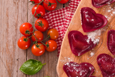 Red heart ravioli with tomato, mozzarella and basil. 版權商用圖片