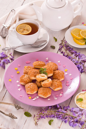 Puff pastries with custard cream. Imagens
