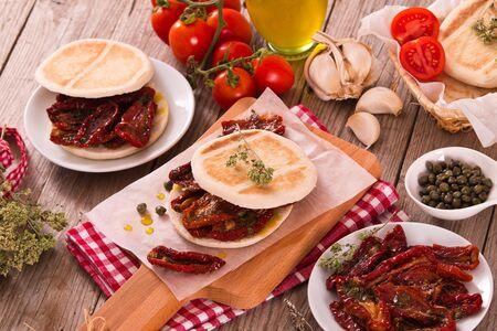 Tigella bread with sun-dried tomatoes. Archivio Fotografico - 128253373