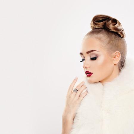 Fashion Woman in White Fur and Diamonds Ring Standard-Bild