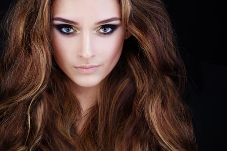 Glamorous Frau mit dem langen Haar und Permed Smokey Augen Make-up Standard-Bild - 66373660