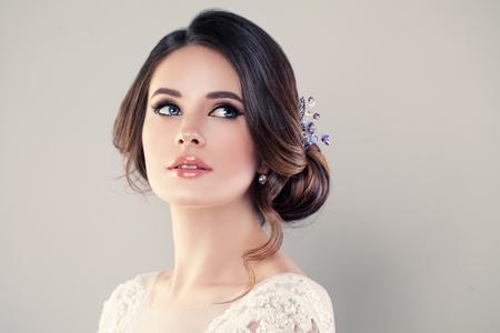 완벽 한 패션 모델 아름 다운 헤어 스타일 여자입니다. 댄스 파티 또는 신부 소녀 스톡 콘텐츠