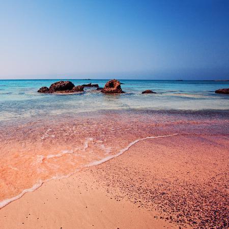 Kreta, Griekenland. De Golf van de zee op het roze zand op het prachtige strand. Roze zandstrand van het beroemde eiland Elafonisi (of Elafonissi) Stockfoto