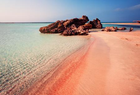 Hermoso paisaje de la playa de Elafonissi con arena rosa en Creta, Grecia Foto de archivo - 84622447