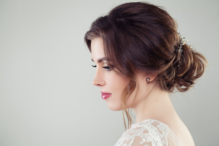 Pretty bride woman with bridal hair. Updo haircut with pearls hairdeco, face closeup Banque d'images