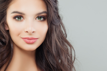 Gros plan du visage féminin attrayant. Portrait de modèle brune parfaite Banque d'images