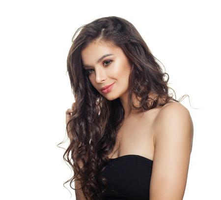 Model kręcone włosy na białym tle. Piękna kobieta z długimi kręconymi włosami i idealną skórą na białym tle