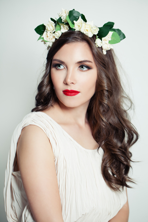 Retrato de belleza de modelo elegante en corona de flores