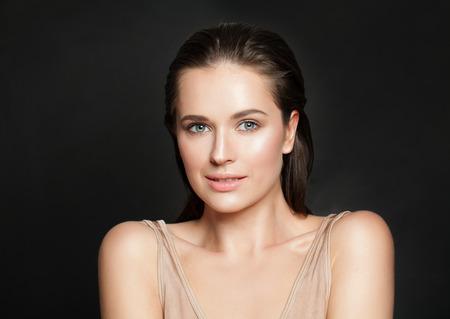 Portret pięknej uśmiechniętej kobiety z czystą skórą