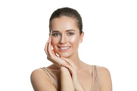 Hübsche junge Frau mit natürlicher perfekter klarer Haut lokalisiert auf Weiß. Hautpflege- und Gesichtsbehandlungskonzept