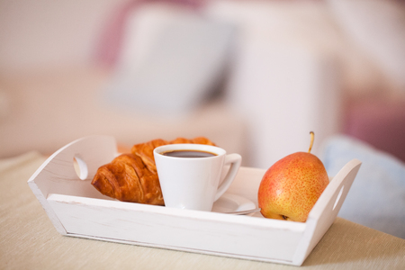 Healthy breakfast served with coffee, croissants and fruits Imagens