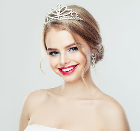 Nette Frau lächelnd. Hübsches Modell mit Hochzeitshaar und Diamantschmuckporträt Standard-Bild