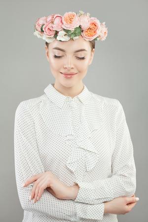 Summer woman portrait. Beautiful elegant model girl with flowers Imagens